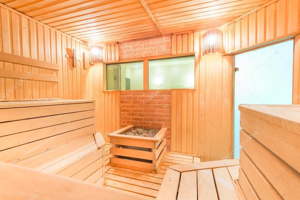 Bagno turco sauna finlandese in legno con pietre\u2013 immagine stock