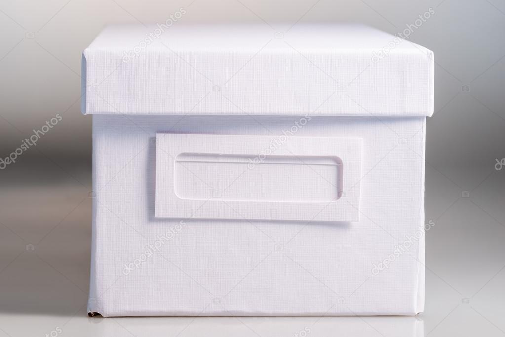 Fermé la boîte de bureau blanc sur fond blanc u photographie