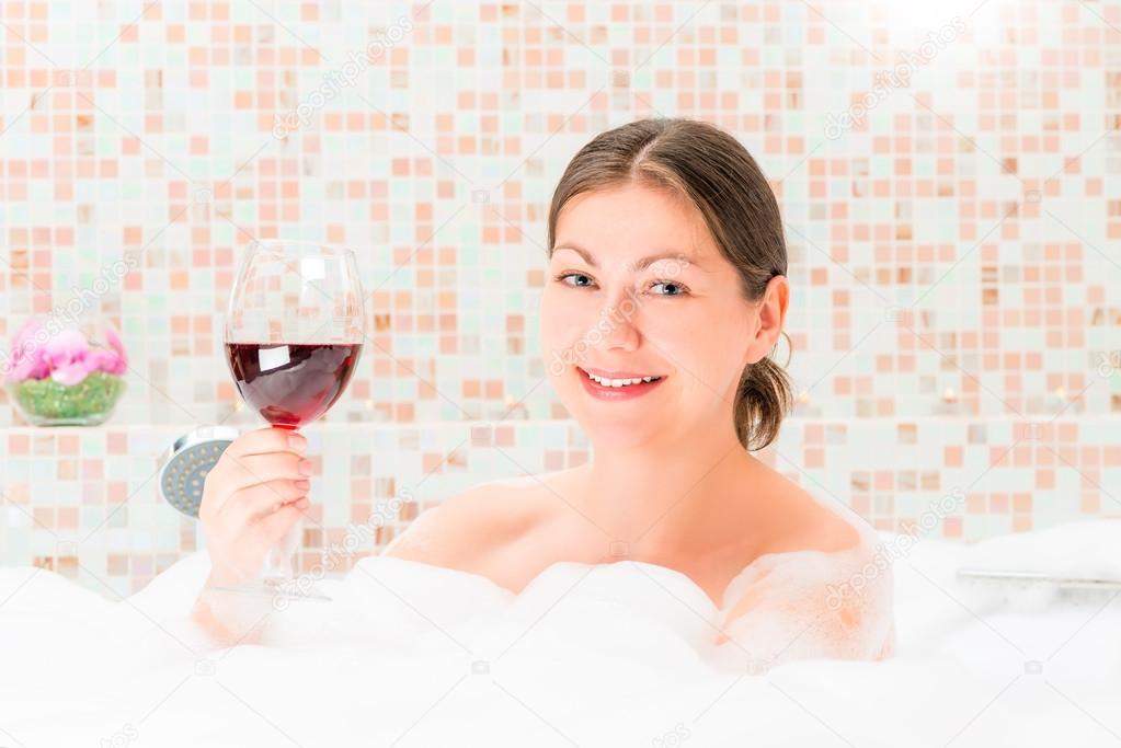 Картинки девушка с бокалом вина в ванной