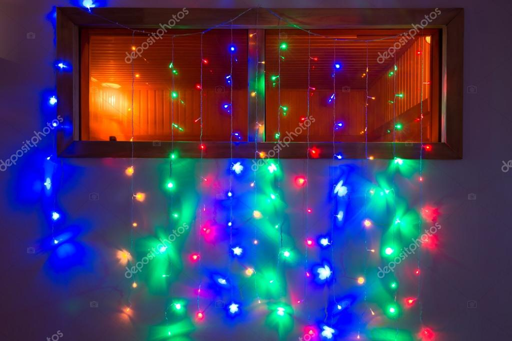 bunte Lichterkette beleuchtet auf dem Fenster — Stockfoto ...