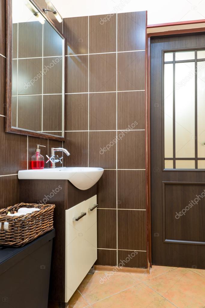 Wasmand in de buurt van de gootsteen in de badkamer — Stockfoto ...