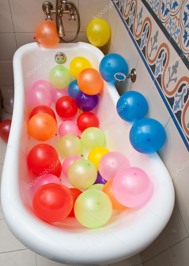 e5b3b2ccc Hay un montón de globos de colores en tubo de baño. Pila grande de  multicolores