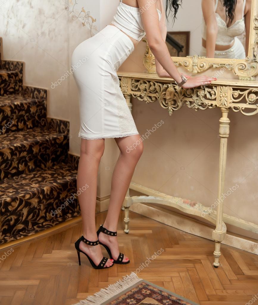 new arrival 5492b ebf98 Schöne junge Frau in kurzen weißen engen Passform Rock und ...