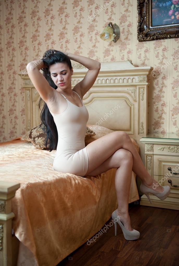 Mujeres con vestidos cortos y tacones