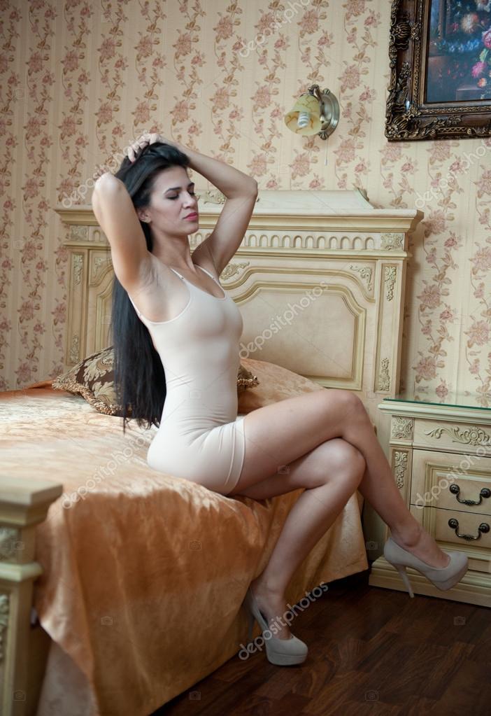 выходят пляж, танец в спальне в белом платье секс недоумевал волновался
