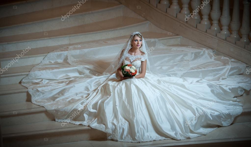 Junge Schone Luxuriose Frau Im Hochzeitskleid Auf Treppenstufen Im