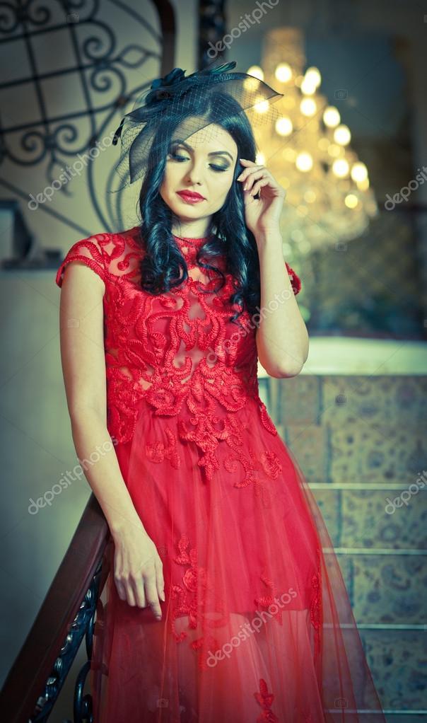 a13cf87c6 la chica hermosa en un vestido largo rojo posando en una escena de  vendimia. joven hermosa mujer vestida de rojo en un viejo hotel. sensual  joven elegante ...