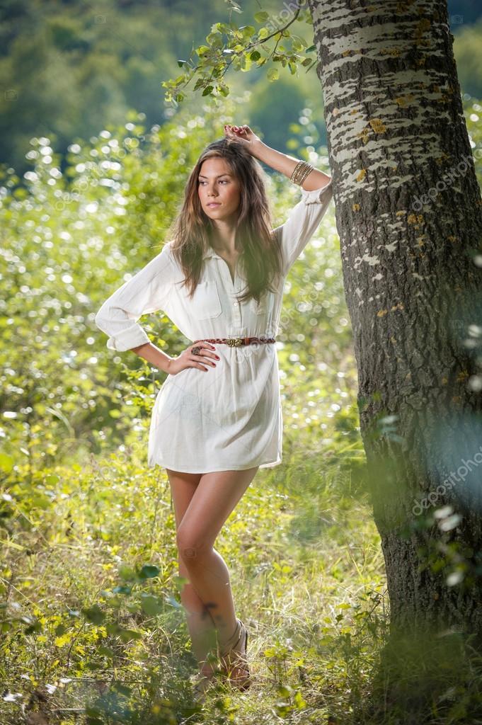 Sonar con vestido blanco y verde