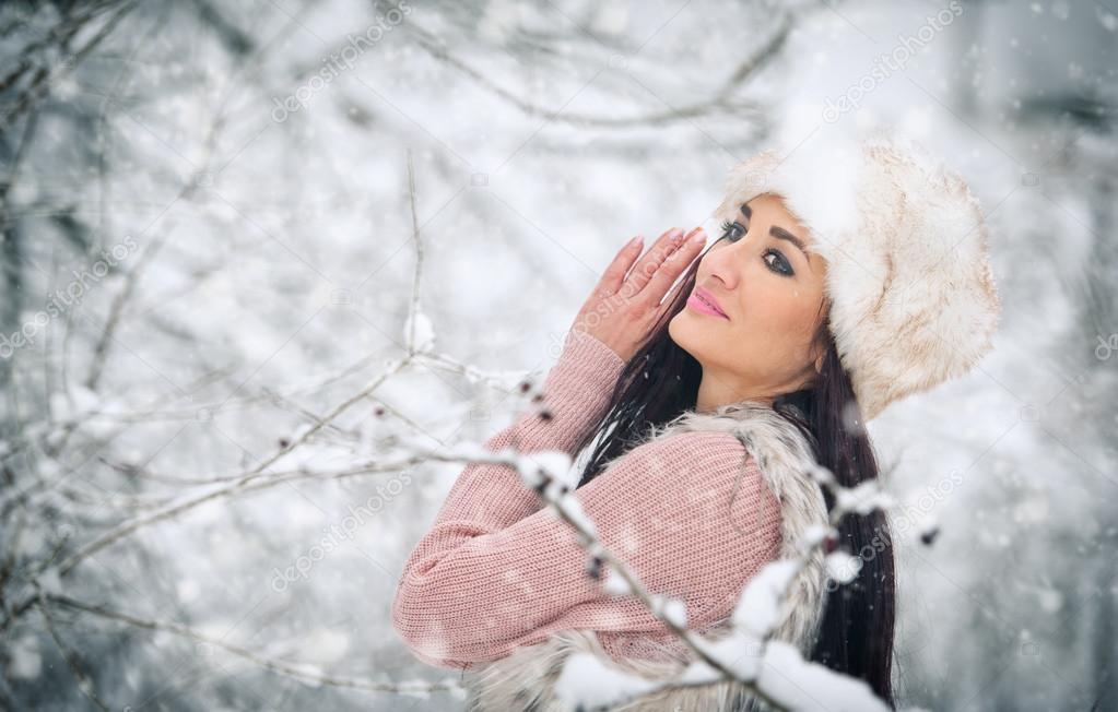 reputable site 6164e 370c3 Donna con cappuccio di pelliccia bianca sorridente godendo ...