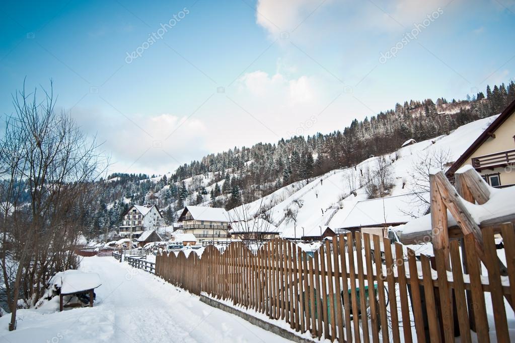 Stretta strada coperta da neve in campagna paesaggio di for Piani di coperta in legno
