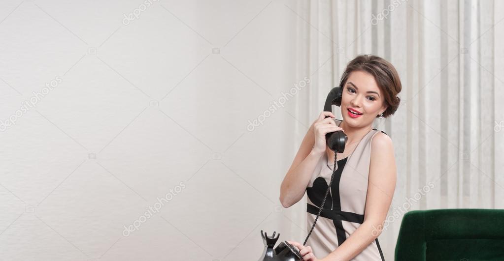 Привлекательная женщина в платье