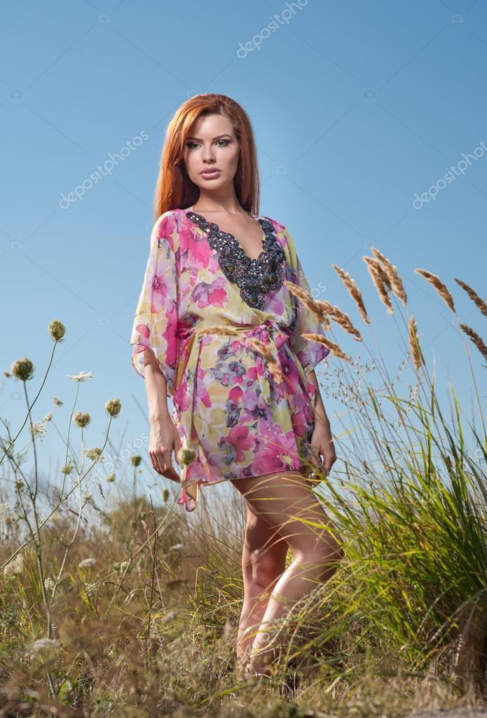 belle jeune femme dans le champ de fleurs sauvages sur. Black Bedroom Furniture Sets. Home Design Ideas