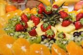 Fotografie Vyřezávané ovoce uspořádání. Čerstvý různé plody. Sortiment exotického ovoce. Čerstvé plody dekorace