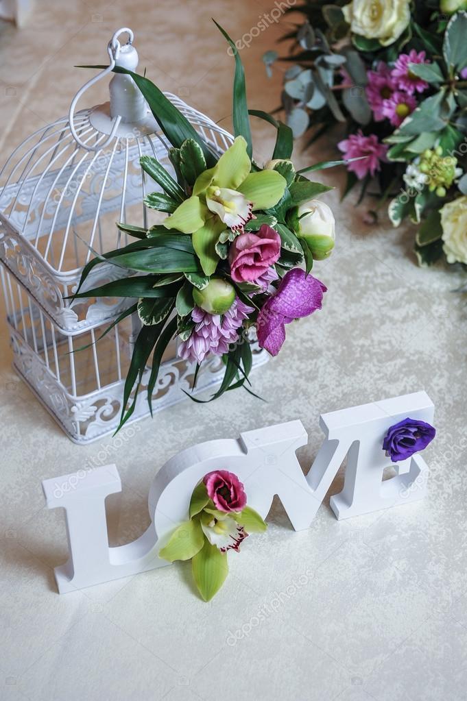 Decoration De Mariage Lettres D Amour Et De Fleurs Sur La Table
