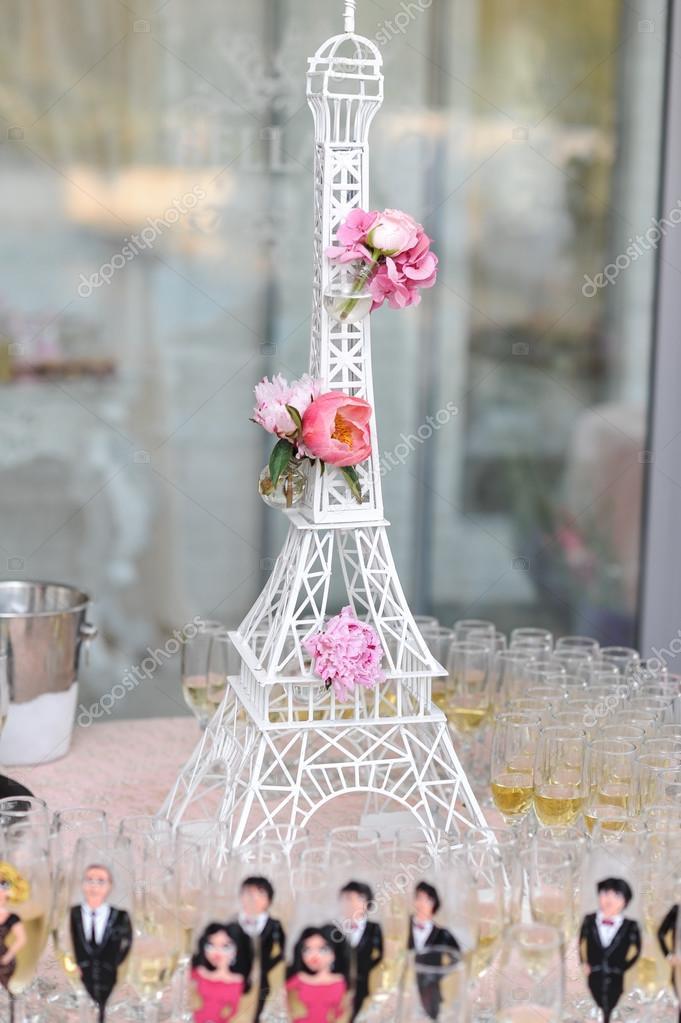 Hochzeitsdekoration Mit Rosa Rosen Auf Eiffelturm Miniatur Das