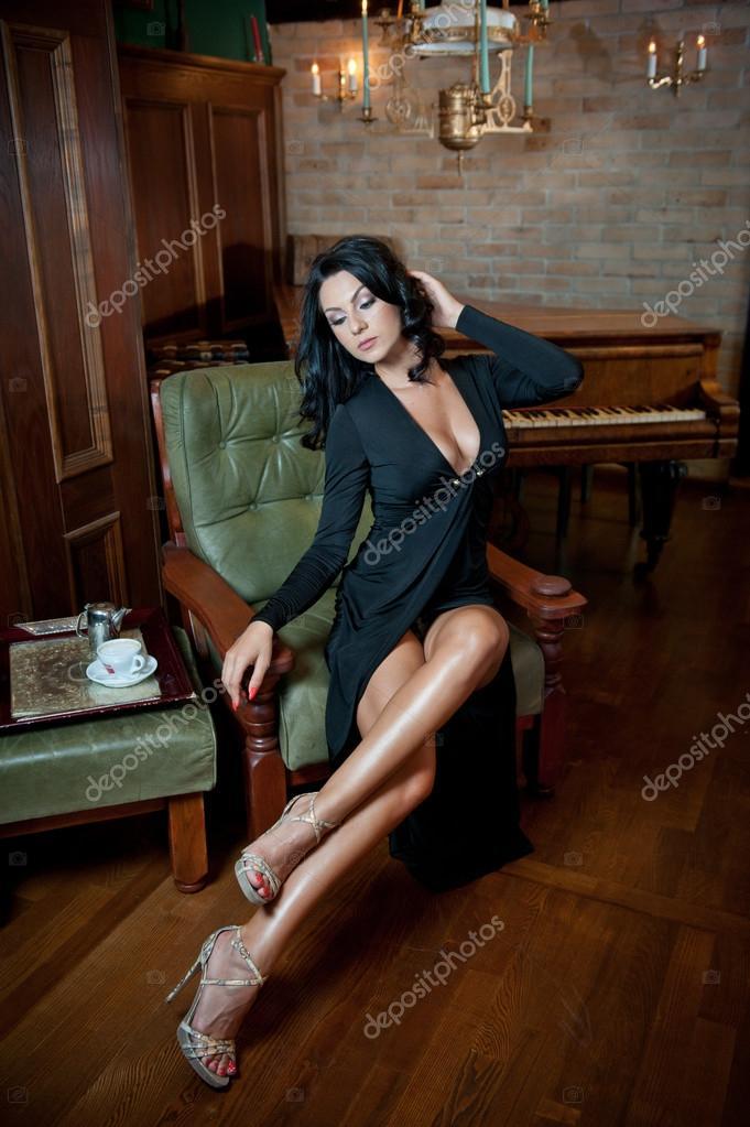 Mujer de piernas largas vestida de negro