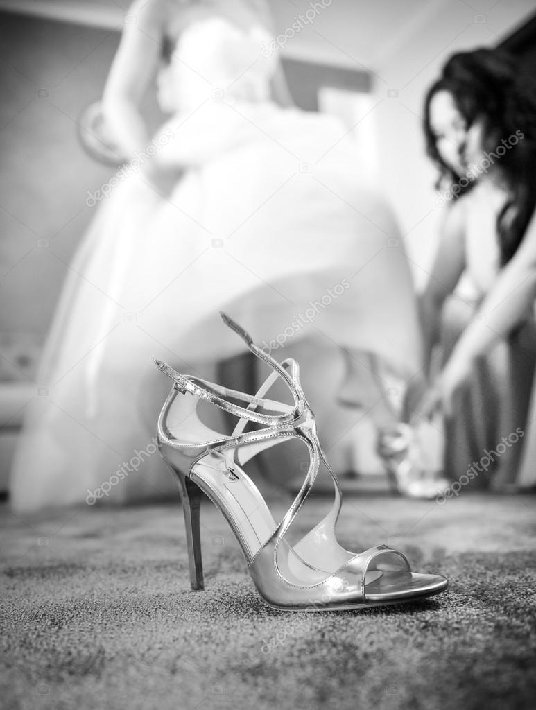 Hochzeit-Silber Schuh-Nahaufnahme mit einer Braut im Hintergrund ...