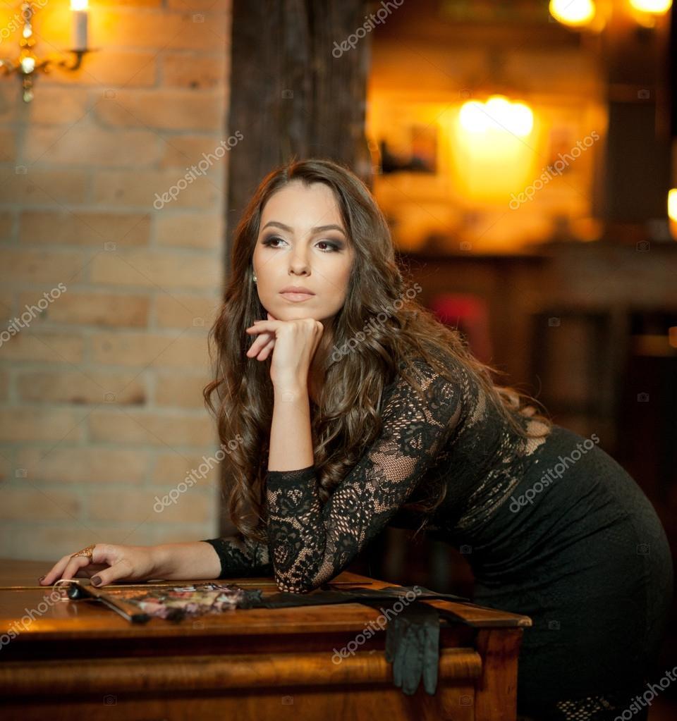 Sonar mujer con vestido negro elegante