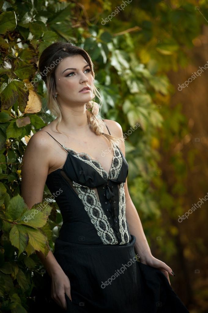 Sonar con mujer joven vestida de negro