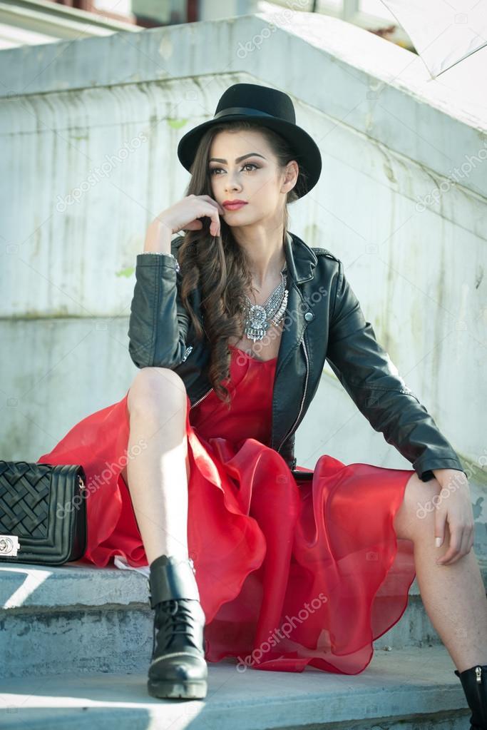 f1d7d308da21 Bella donna con il cappello nero