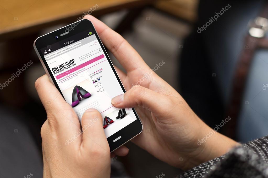 8748a98ca Концепция электронной коммерции: девушка с использованием цифровой  сгенерированный телефон с Интернет-магазин app на экране. Все экран графики  составлены ...