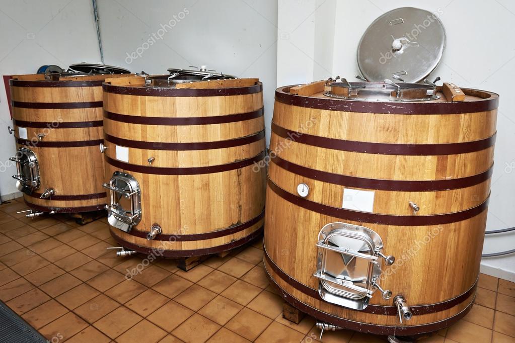 Botti di legno serbatoio per vino presso la cantina di for Botti in legno per arredamento