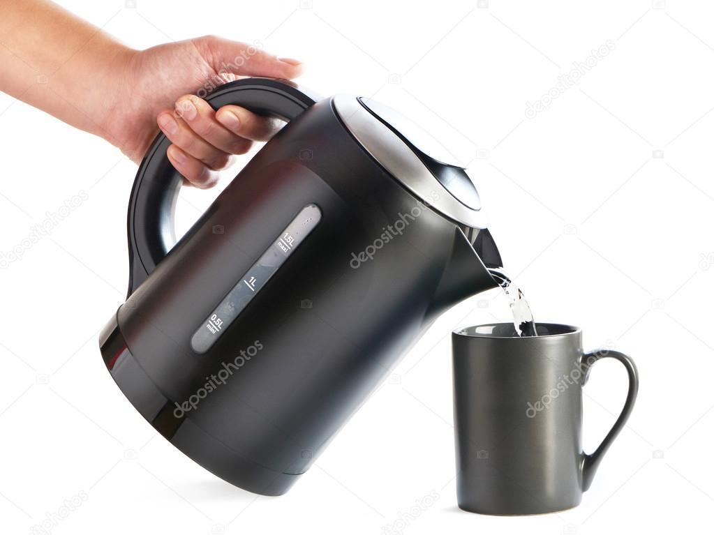 Moderne Wasserkocher moderne wasserkocher gießt wasser in tasse die isoliert auf weiss