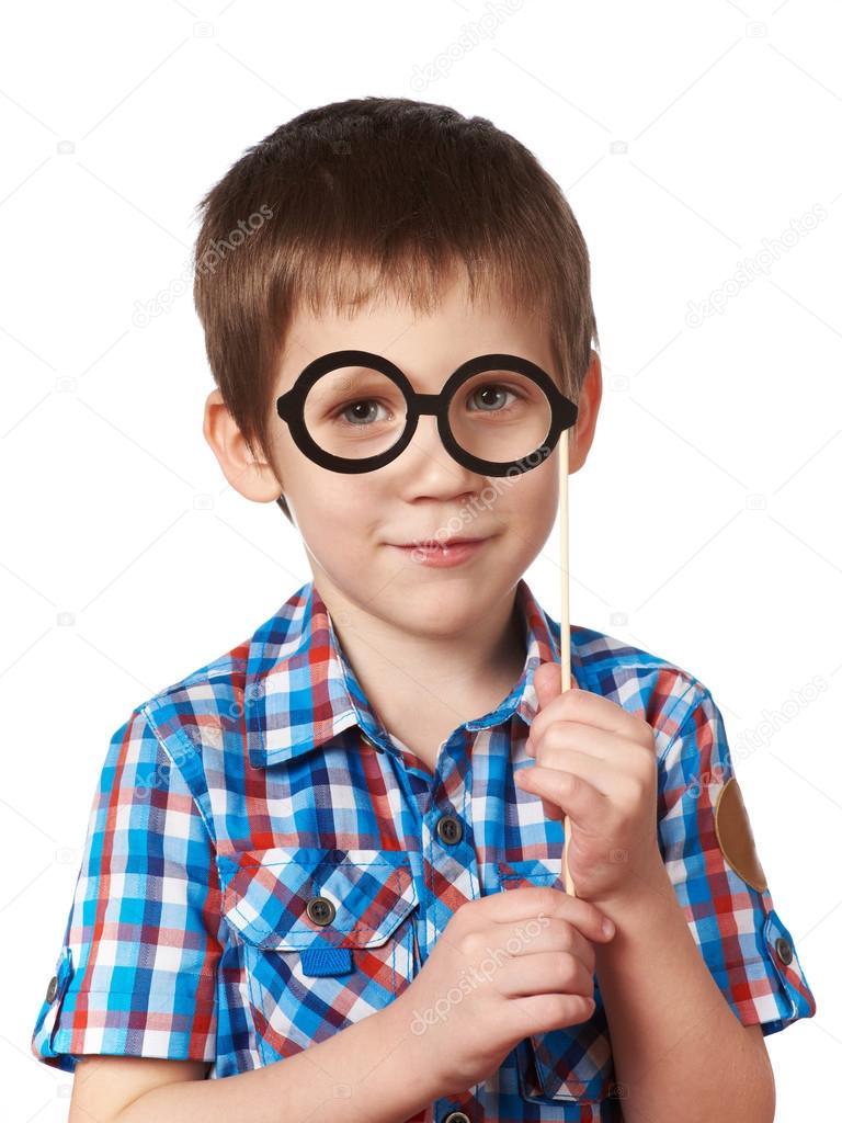 a43e36bab85257 Kleine slimme jongen met glazen masker op stick geïsoleerd op wit — Foto  van ryzhov