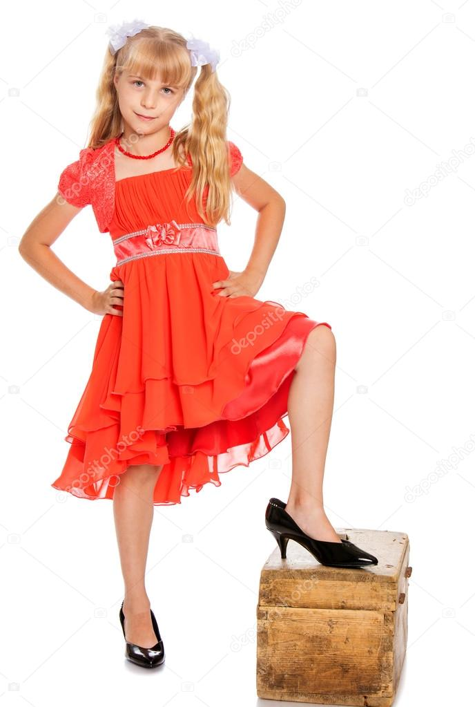 kleines Mädchen in orange Kleid — Stockfoto © lotosfoto1 #119054050