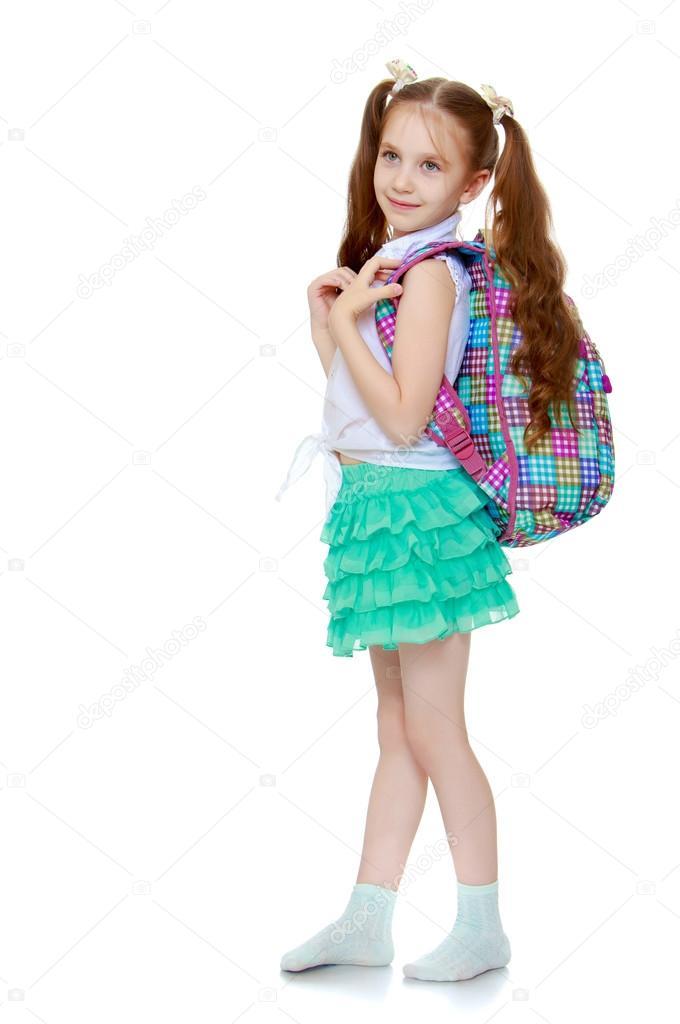 076ab81b04933 Mignonne petite fille aux cheveux longs jusqu à la taille quel fil tressé  de rubans blancs. D une chemise blanche sans une jupe courte vert et motif.