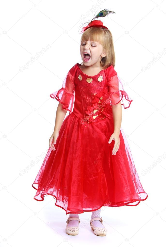 5c251b87f8e Petite fille dans une robe de bal rouge– images de stock libres de droits