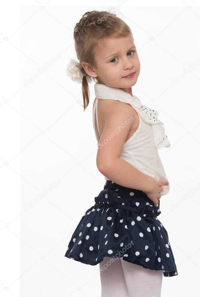 cb250f6a7c282 Mignonne petite fille en jupe courte d été à pois — Image de ...
