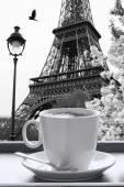 Fotografie Eiffelova věž s šálkem kávy v černé a bílé stylu, Paříž, Francie
