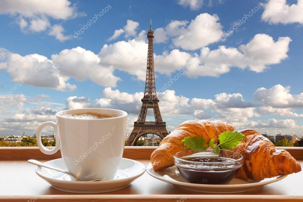 kaffee mit croissants gegen eiffelturm in paris frankreich stockfoto samot 57473465. Black Bedroom Furniture Sets. Home Design Ideas
