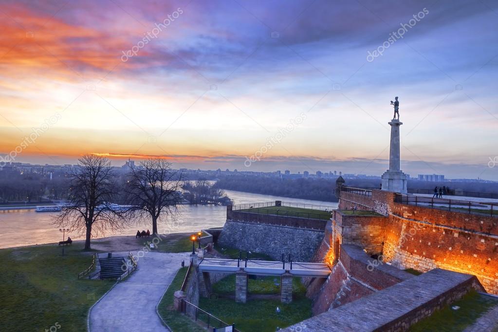 Άγαλμα της νίκης με ένα μνημείο στην κύρια πόλη Βελιγραδίου, Σερβία — Φωτογραφία Αρχείου