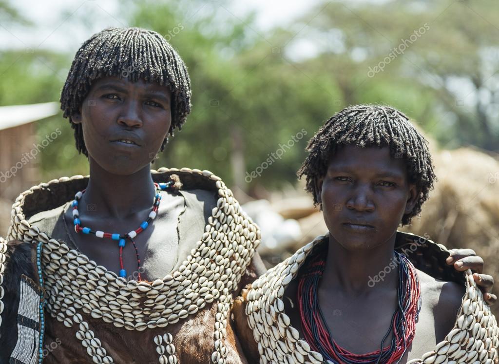 Excepcional tradicionalmente vestidas mulheres da tribo tsemay. weita. Vale do  VU27