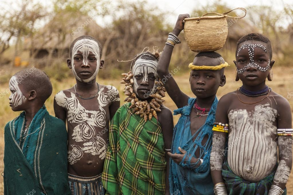 Populares Crianças não identificadas da tribo Mursi na aldeia de Mirobey  GC83