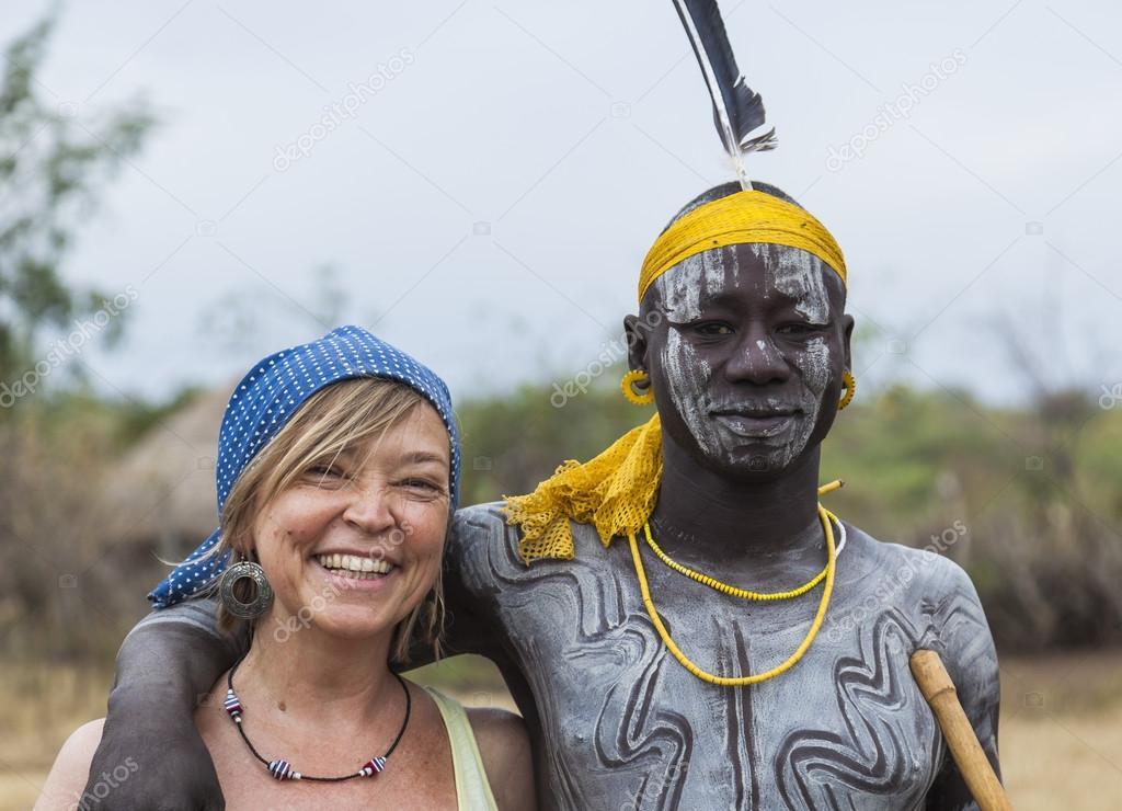 Fabuloso Mulher européia e homem da tribo Mursi na aldeia de Mirobey. Vale  FR44