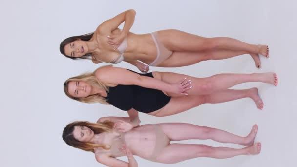 Gruppe von Frauen mit unterschiedlichen Körpern und ethnischen Zugehörigkeiten posieren gemeinsam, um der Frau Macht und Stärke zu zeigen. Kurvige und dünne Art von weiblichem Körperkonzept
