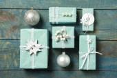Dárkové krabice s vánoční kuličky na modrém dřevěném pozadí, byt ležel