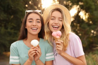 """Картина, постер, плакат, фотообои """"молодые женщины с мороженым проводят время вместе на открытом воздухе"""", артикул 436221530"""