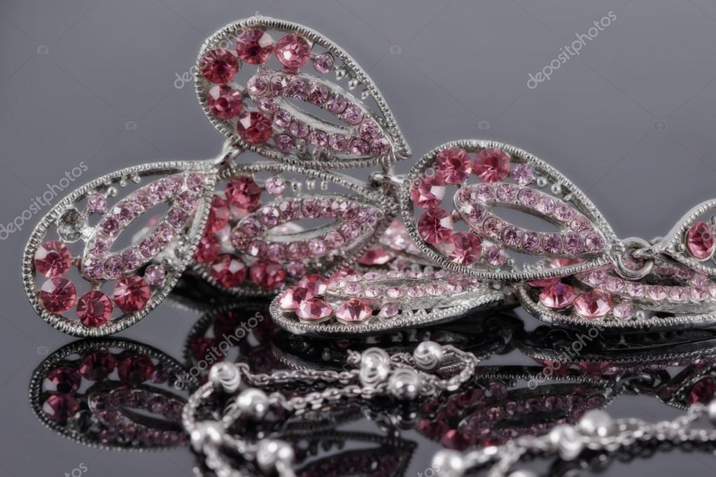 36615ece245e Joyería de plata en el fondo de una joyería con piedras rosa — Foto de Stock