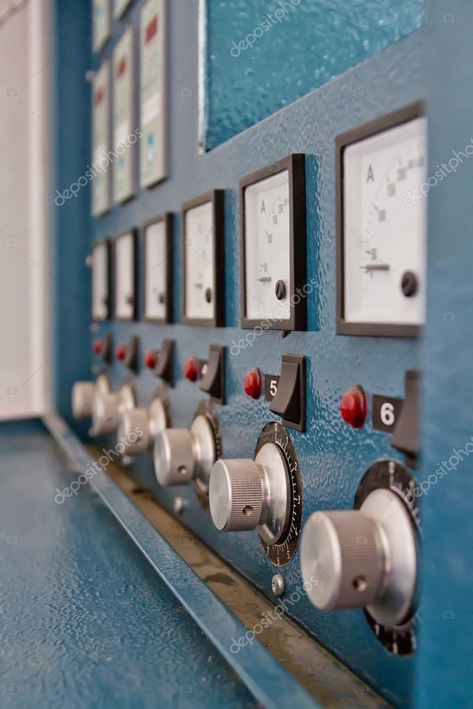 Instrumententafel mit Leistungsschaltern und wechselt zur Steuerung ...