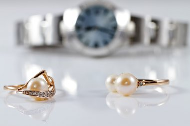 Gold rings with pearls of different styles on the background wat