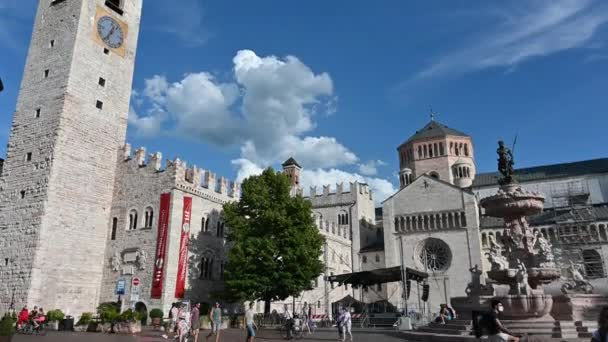 Trento, Itálie, červen2021. Pěkný náklon záběrů z hlavního náměstí: jako důkaz zvonice, fontána Neptun a katedrála. Hezký slunečný den.