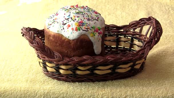 Korb mit Ostern Kuchen und Eier