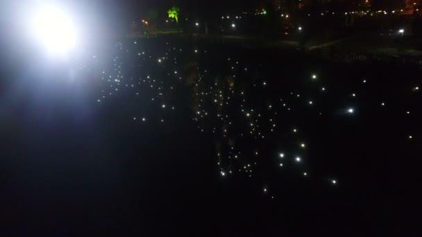 Antalya, Türkei. Das Taurusgebirge ist mit nächtlich leuchtenden Blitzlichtern geschmückt. Der Blick von der fliegenden Drohne. Viele Laternen leuchten nachts