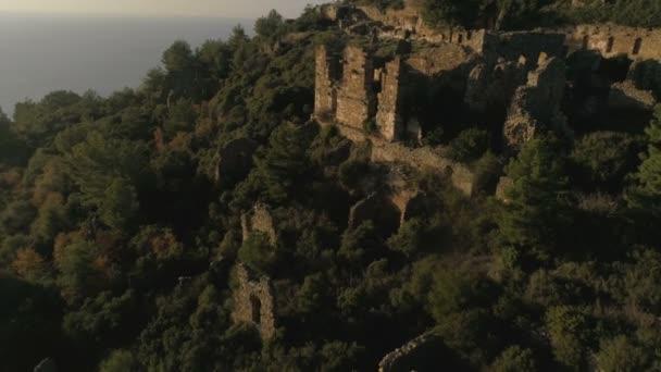 Panoramablick auf die antike Burg Syedra auf dem felsigen Taurusgebirge, bewaldet und vom Mittelmeer umgeben. Provinz Antalya in der Türkei.