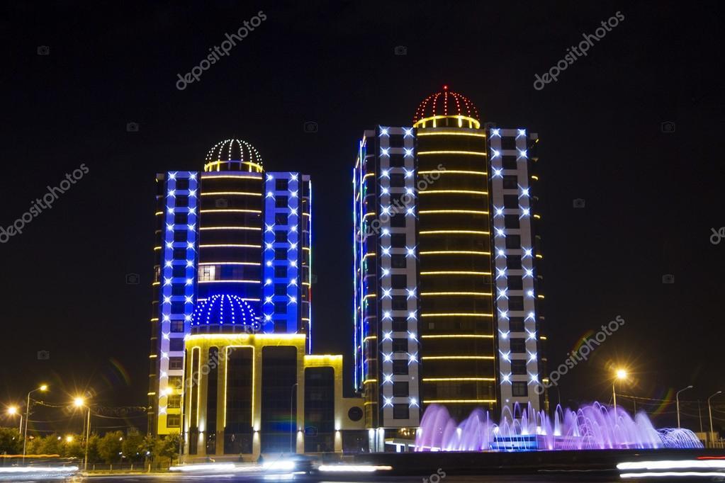 Edifici con illuminazione notturna nella piazza minutka a grozny