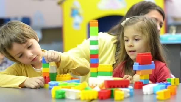 Děti a pedagog hraje ve školce